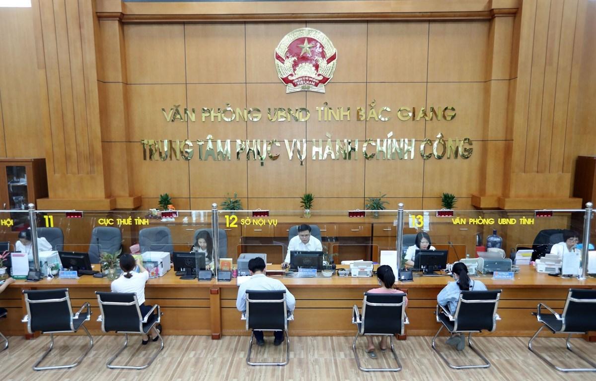 Tiếp nhận và giải quyết hồ sơ của các sở, ban, ngành tại Trung tâm Phục vụ hành chính công tỉnh Bắc Giang. (Ảnh: Danh Lam/TTXVN)