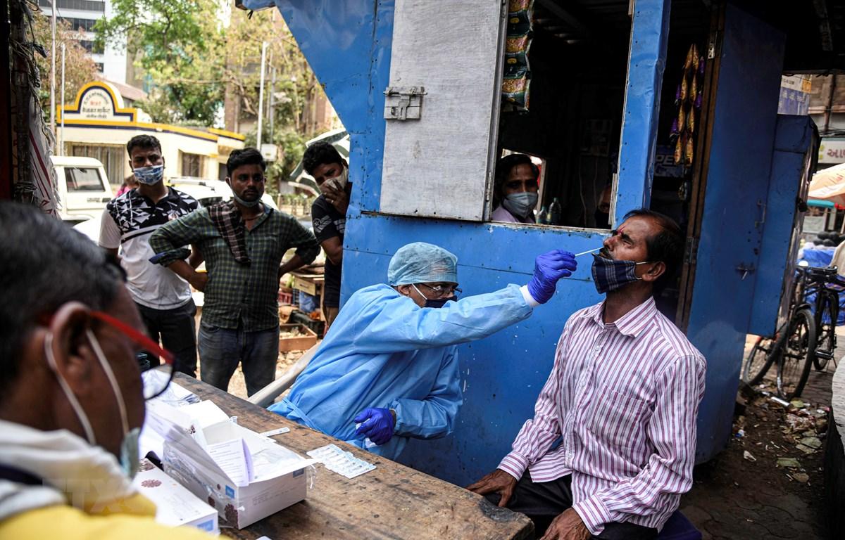 Nhân viên y tế lấy mẫu xét nghiệm COVID-19 cho người dân tại Mumbai, Ấn Độ, ngày 18/3/2021. (Ảnh: THX/TTXVN)