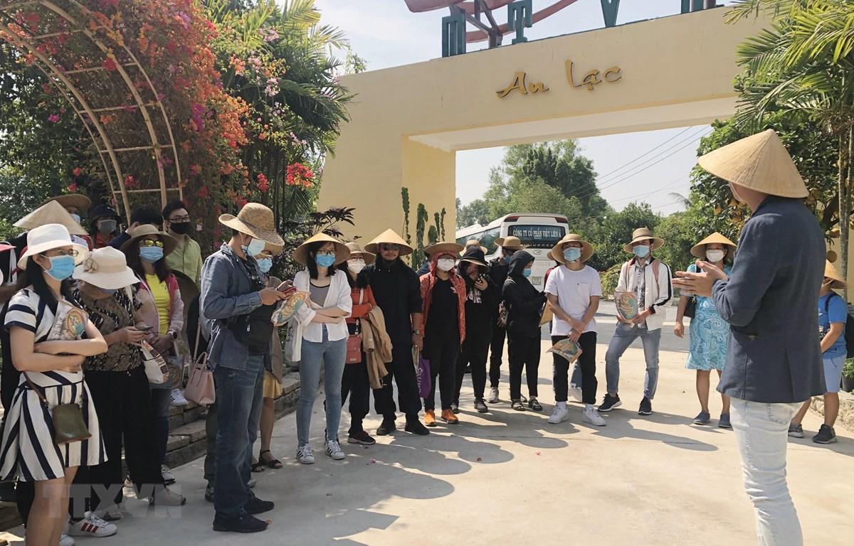 Du khách tham quan Khu du lịch Một thoáng Việt Nam tại huyện Củ Chi, Thành phố Hồ Chí Minh. (Ảnh: Mỹ Phương/TTXVN)