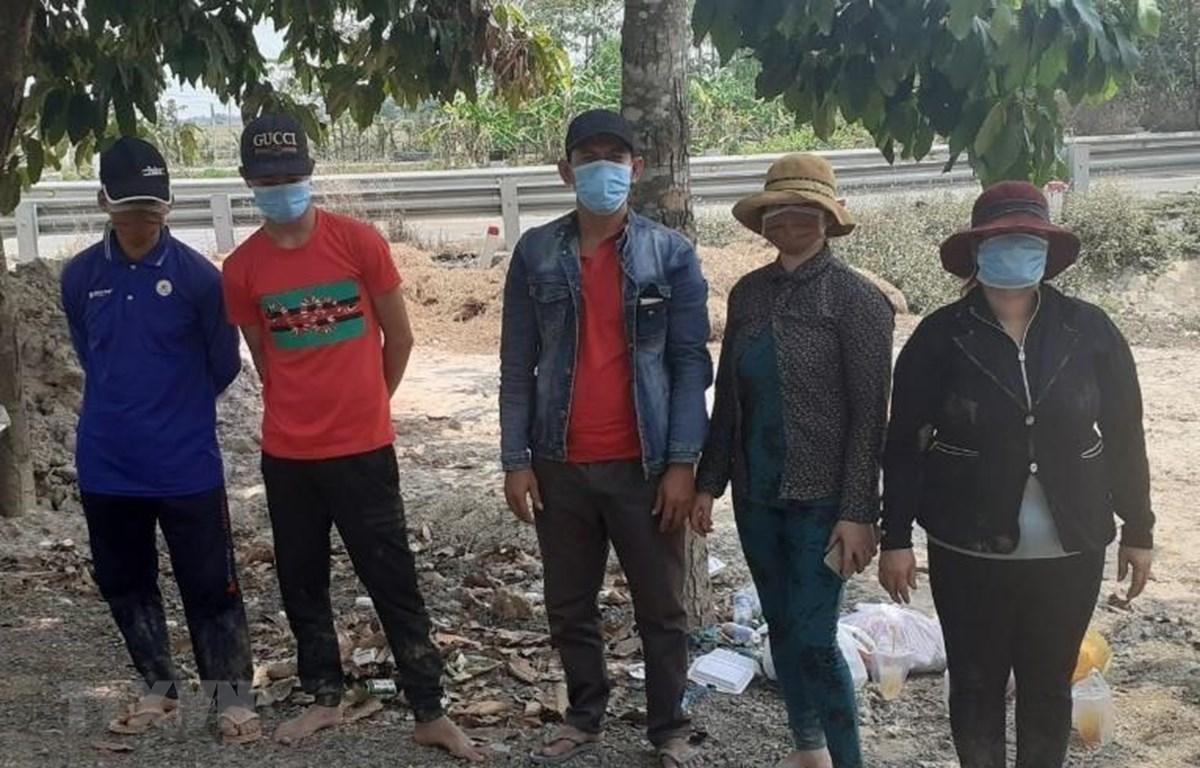 Đồn Biên phòng Sông Trăng bắt giữ 5 đối tượng nhập cảnh trái phép. (Ảnh: Thanh Bình/TTXVN)