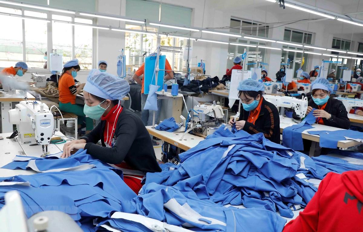 May hàng xuất khẩu sang thị trường Nhật Bản tại Công ty may Hưng Việt, huyện Yên Mỹ, tỉnh Hưng Yên. (Ảnh: Trần Việt/TTXVN)