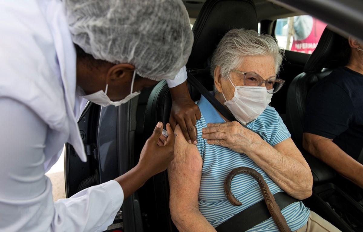 Nhân viên y tế tiêm vaccine phòng COVID-19 cho người dân tại Rio De Janeiro, Brazil ngày 6/3/2021. (Ảnh: THX/TTXVN)