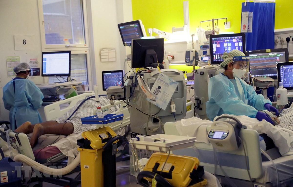 Nhân viên y tế chăm sóc bệnh nhân COVID-19 tại một bệnh viện ở London, Anh ngày 27/1/2021. (Ảnh: AFP/TTXVN)