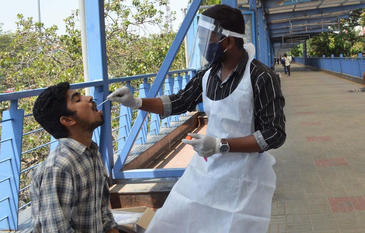Nhân viên y tế lấy mẫu xét nghiệm COVID-19 tại Bangalore, Ấn Độ, ngày 1/4/2021. (Ảnh: THX/TTXVN)