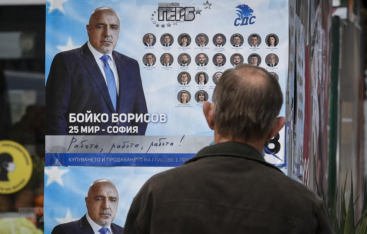 Ápphích bầu cử in chân dung Thủ tướng Bulgaria Boyko Borissov, lãnh đạo đảng Công dân vì sự phát triển châu Âu (GERB) tại Bankya ngày 2/4/2021. (Nguồn: AFP/TTXVN)