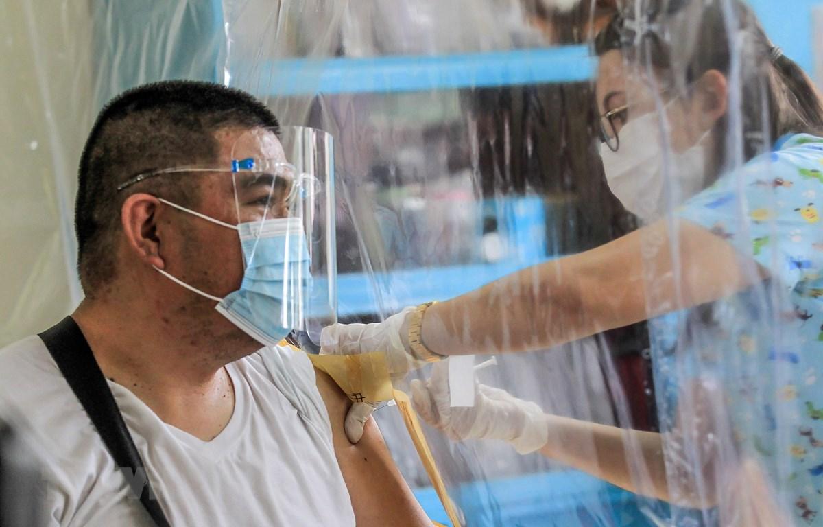 Tiêm vaccine ngừa COVID-19 cho nhân viên y tế tại Manila, Philippines, ngày 23/3/2021. (Ảnh: THX/TTXVN)