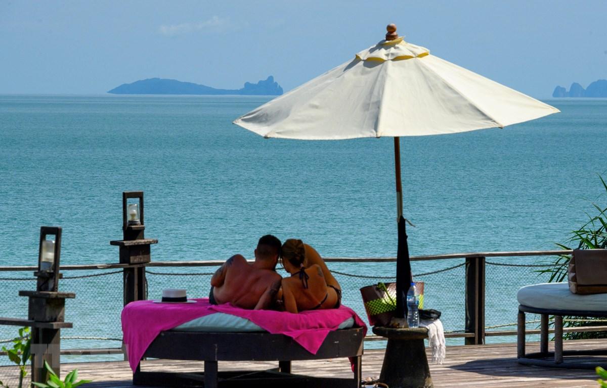 Khách du lịch vui chơi tại khu nghỉ dưỡng trên đảo Koh Yao Yai, Phuket, Thái Lan, ngày 23/11/2020. (Ảnh: AFP/TTXVN)