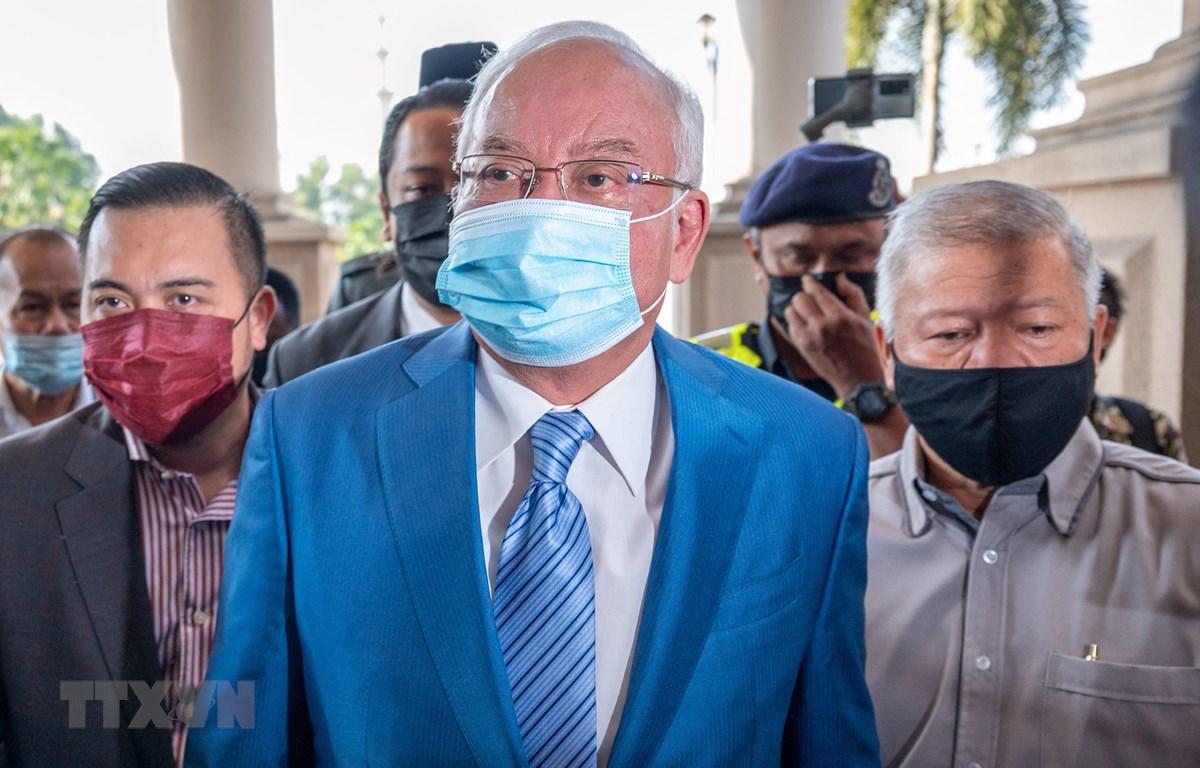 Cựu Thủ tướng Malaysia Najib Razak (giữa) tới tòa án ở Kuala Lumpur ngày 18/2/2021. (Ảnh: AFP/TTXVN)