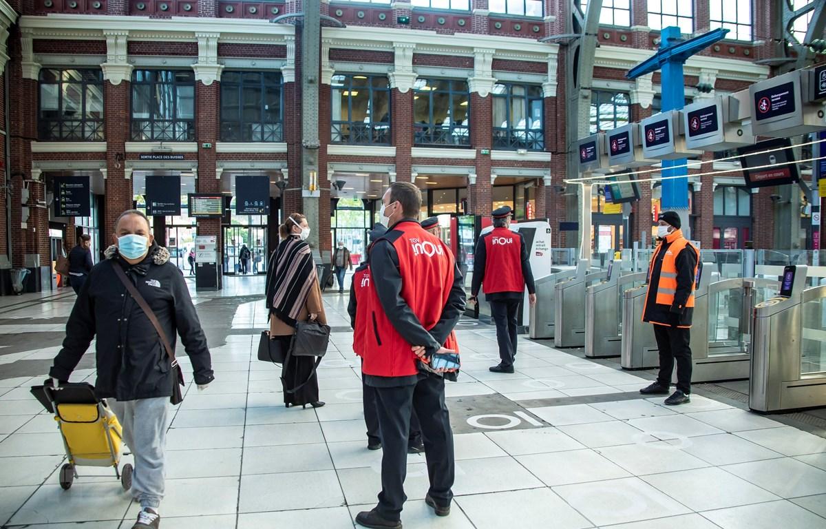 Người dân đeo khẩu trang phòng lây nhiễm COVID-19 tại ga tàu hỏa ở Lille, miền bắc nước Pháp. (Ảnh: THX/TTXVN)