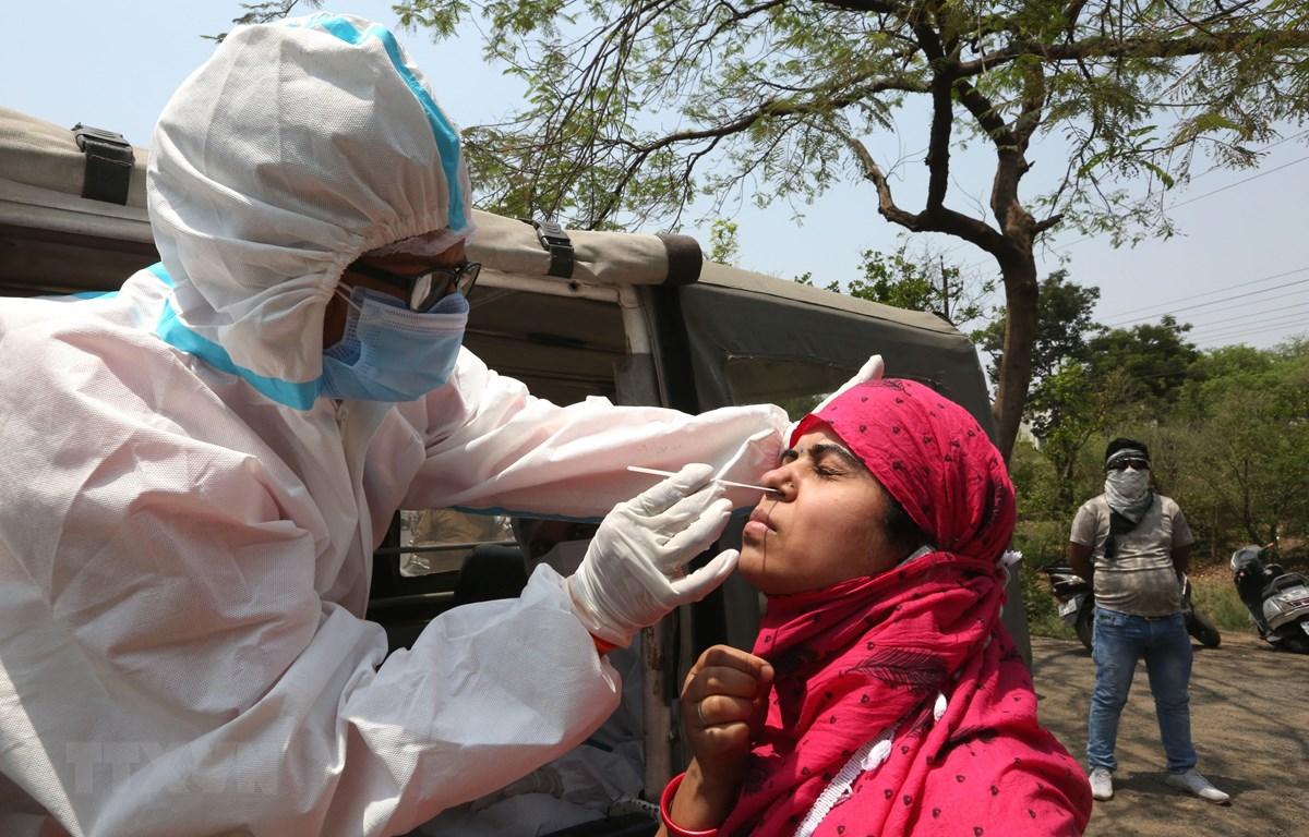 Nhân viên y tế lấy mẫu xét nghiệm COVID-19 cho người dân tại Madhya Pradesh, Ấn Độ ngày 10/4/2021. (Ảnh: THX/TTXVN)