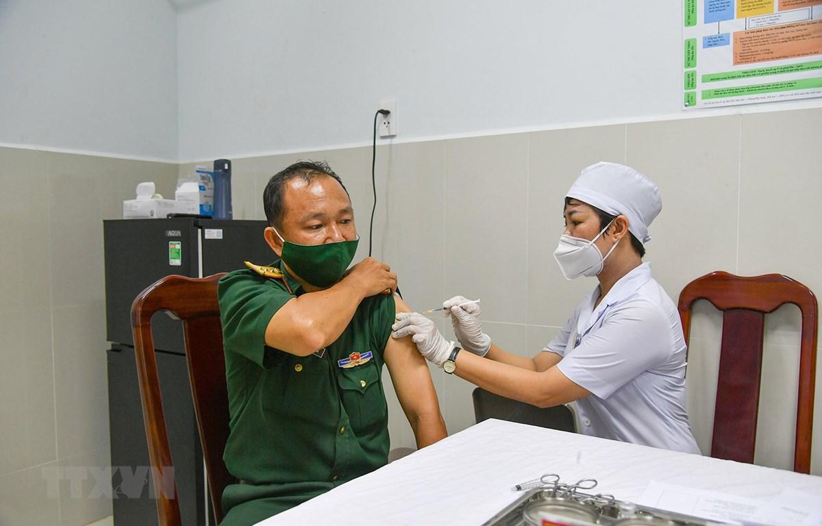 Tiêm vaccine phòng COVID-19, đợt 1 năm 2021 cho cán bộ, chiến sỹ Bệnh viện Quân y 121 - Cục Hậu cần Quân khu 9. (Ảnh: TTXVN)