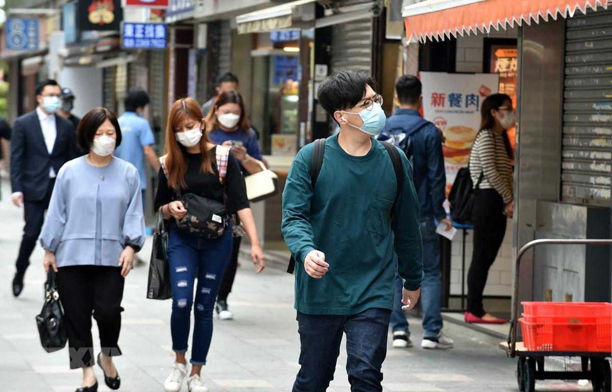 Người dân đeo khẩu trang phòng dịch COVID-19 tại Hong Kong, Trung Quốc, ngày 8/4/2021. (Ảnh: THX/TTXVN)