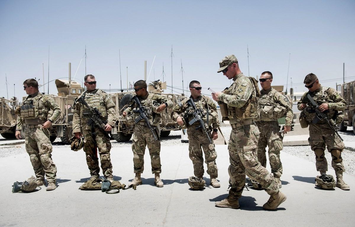 Binh sỹ Mỹ tuần tra tại sân bay thành phố Kandahar, Afghanistan. (Ảnh: AFP/TTXVN)