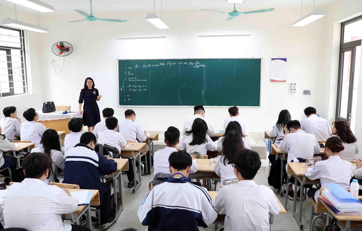 Giờ ôn tập kiến thức chuẩn bị cho kỳ thi tốt nghiệp Trung học phổ thông năm 2021 của học sinh lớp 12 trường THPT Trương Định (Hà Nội). (Ảnh: Thanh Tùng/TTXVN)