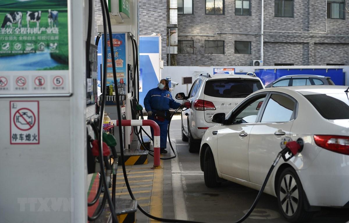 Bơm xăng cho các phương tiện tại trạm xăng ở tỉnh Giang Tô, Trung Quốc. (Ảnh: THX/TTXVN)