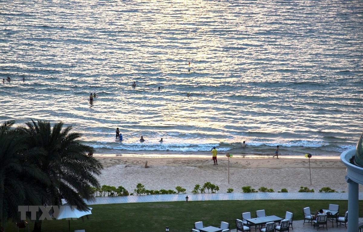 Du khách tắm biển ở Bãi Dài, xã Gành Dầu, thành phố đảo Phú Quốc (Kiên Giang). (Ảnh: Hồng Đạt/TTXVN)
