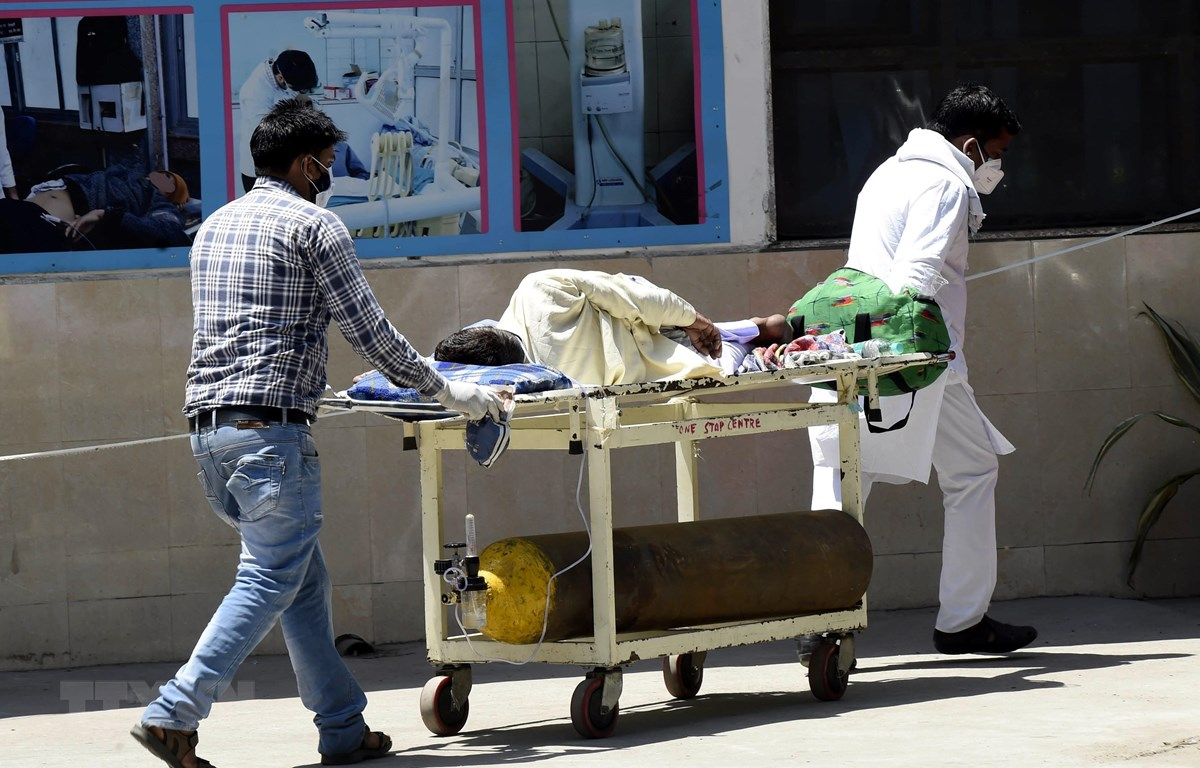 Chuyển bệnh nhân COVID-19 vào một bệnh viện ở New Delhi, Ấn Độ, ngày 24/4/2021. (Ảnh: THX/TTXVN)