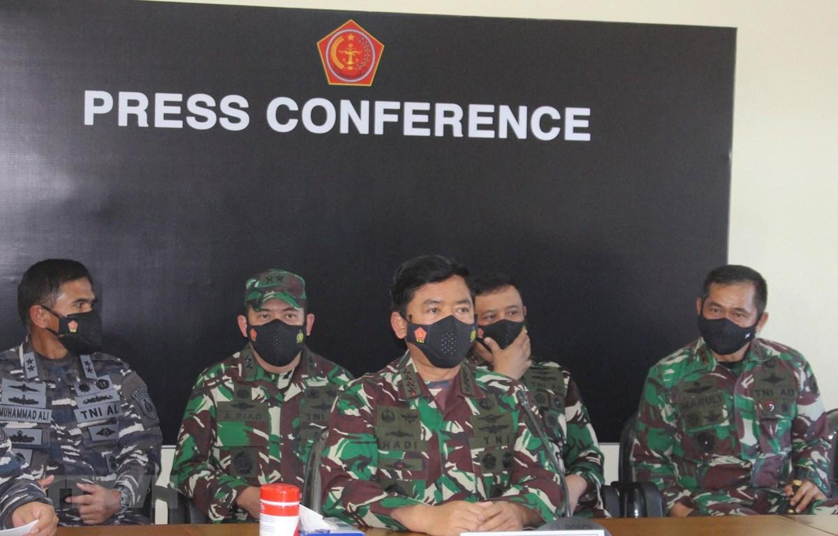Tư lệnh Quân đội Indonesia, Nguyên soái Hadi Tjahjanto (giữa) phát biểu tại cuộc họp báo ở Denpasar ngày 24-4-2021. Ảnh: AFP/TTXVN