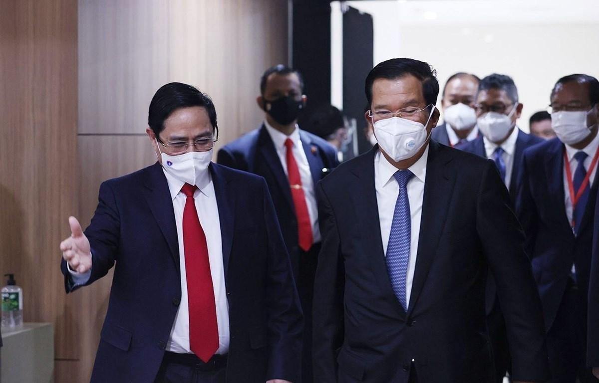 Thủ tướng Phạm Minh Chính và Thủ tướng Campuchia Samdech Techo Hun Sen tại Hội nghị các nhà lãnh đạo ASEAN tại Jakarta, Indonesia. (Ảnh: Dương Giang/TTXVN)