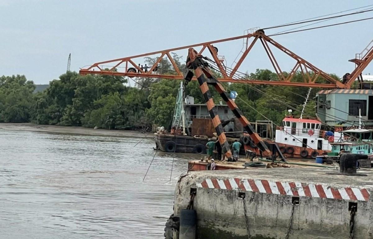 Các đơn vị triển khai thực hiện công tác tìm kiếm và trục vớt container bị rơi xuống sông. (Ảnh: TTXVN phát)