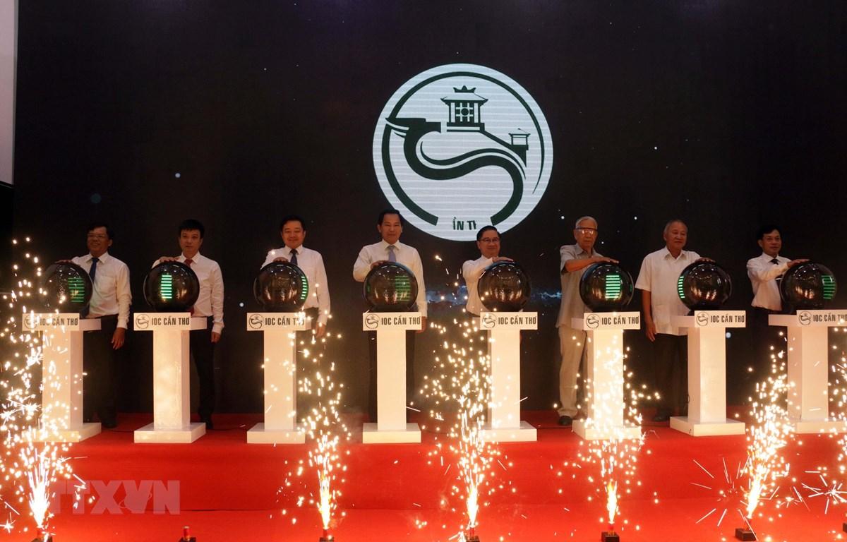 Các đại biểu thực hiện nghi thức bấm nút khai trương Trung tâm điều hành đô thị thông minh thành phố Cần Thơ. (Ảnh: Trung Kiên/TTXVN)