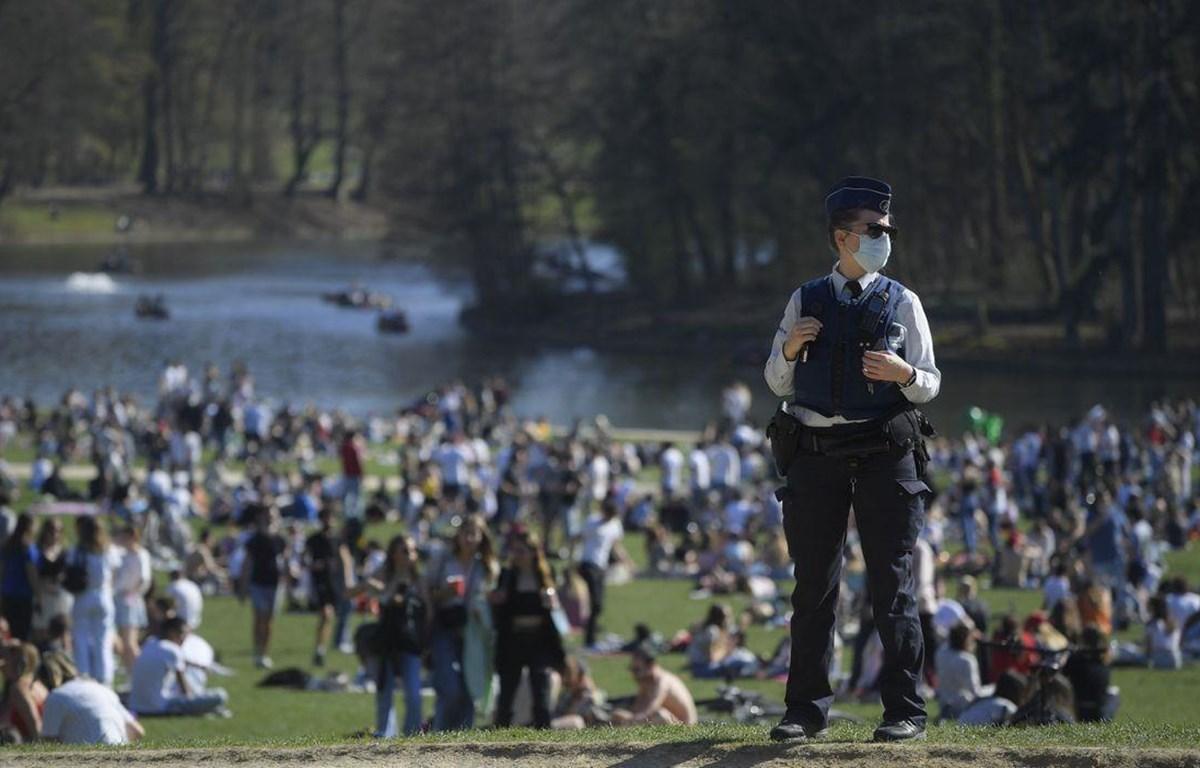 Hàng trăm người tụ tập tại công viên Bois de la Cambre, Bỉ, phản đối các quy định về phong tỏa. (Nguồn: brusselstimes.com)