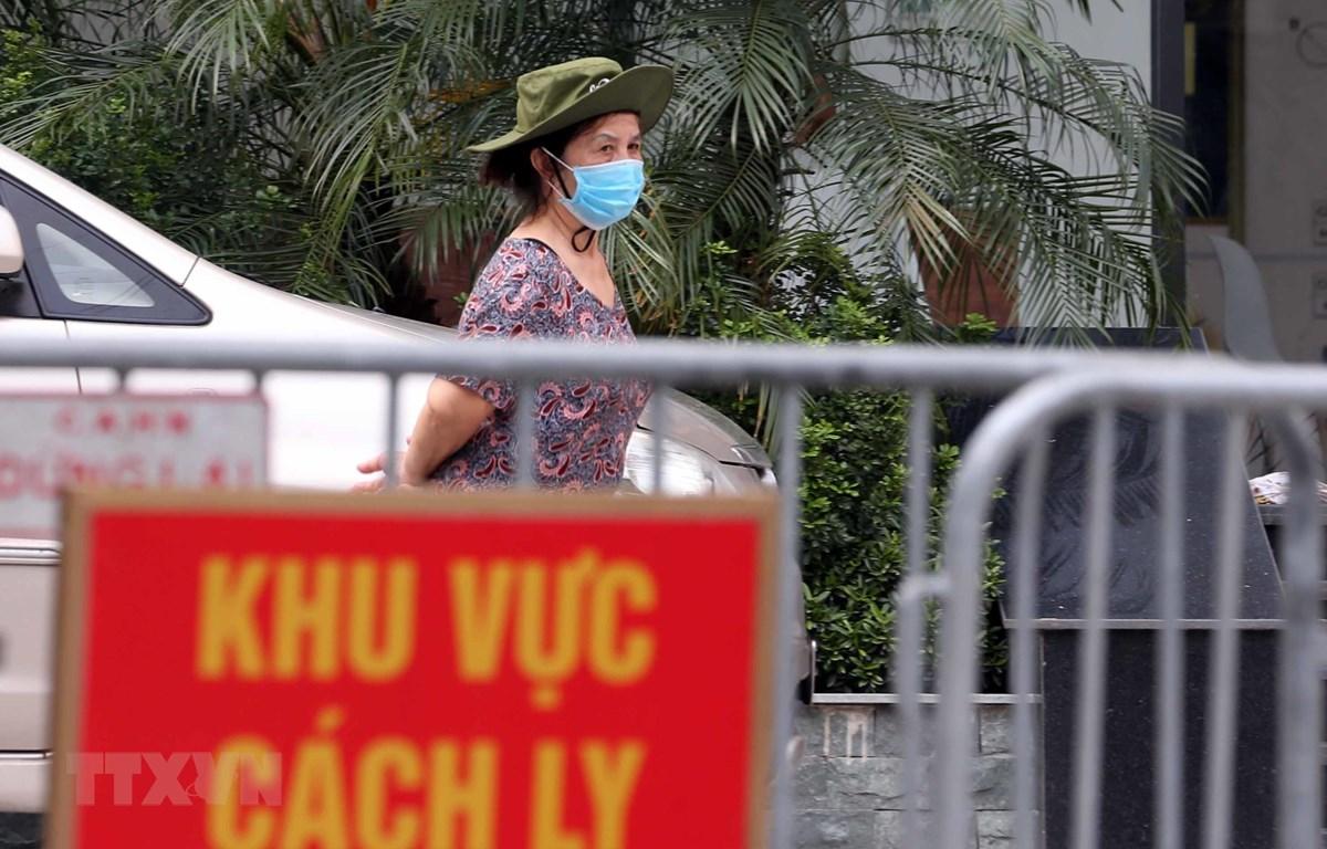 Hà Nội phong tỏa tòa chung cư Viễn Đông Star vì có liên quan đến một cư dân dương tính với SARS-CoV-2. (Nguồn: TTXVN)