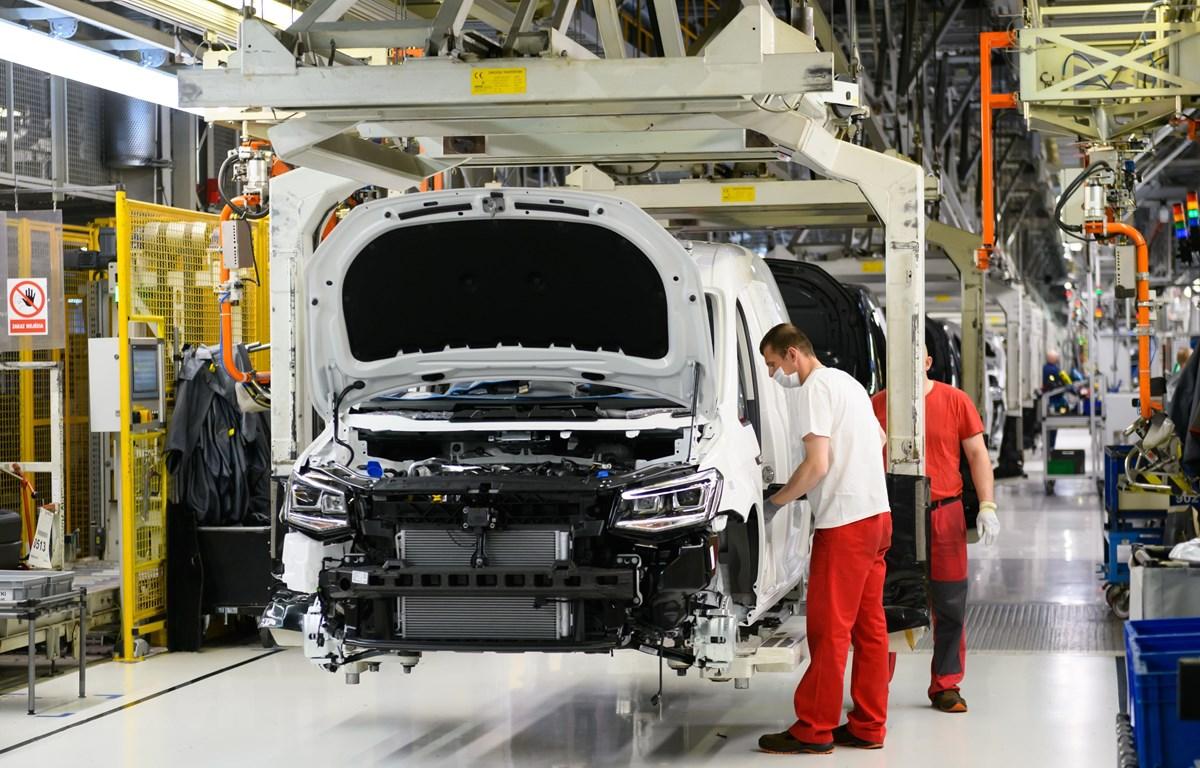 Công nhân làm việc tại nhà máy sản xuất ô tô của hãng Volkswagen ở Poznan, Ba Lan, ngày 27/4/2020. (Ảnh: PAP/TTXVN)