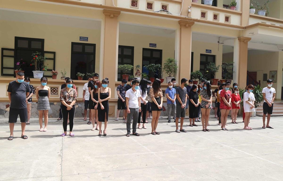 Các thanh niên tụ tập hát bị đưa về cơ quan Công an. (Ảnh: Thanh Thương/TTXVN)