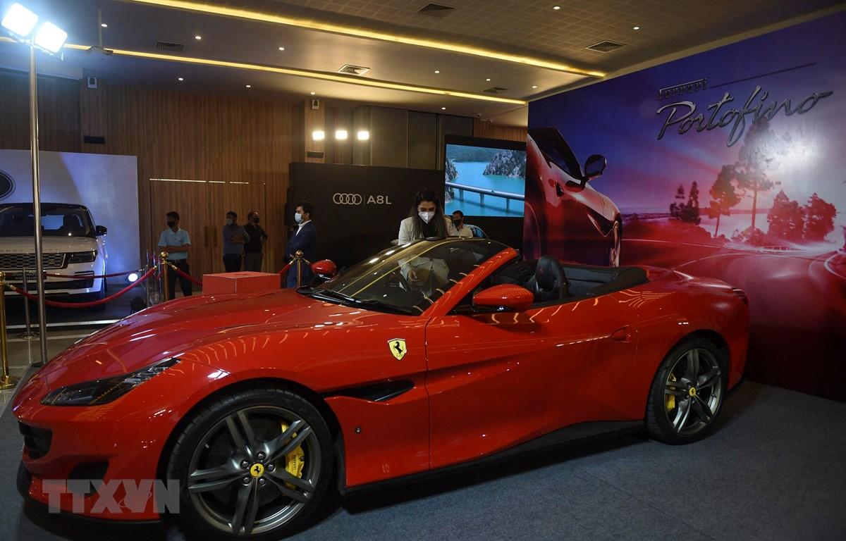 Một mẫu xe được trưng bày tại triển lãm xe ô tô ở Ahmedabad, Ấn Độ, ngày 30/1/2021. (Ảnh: AFP/TTXVN)