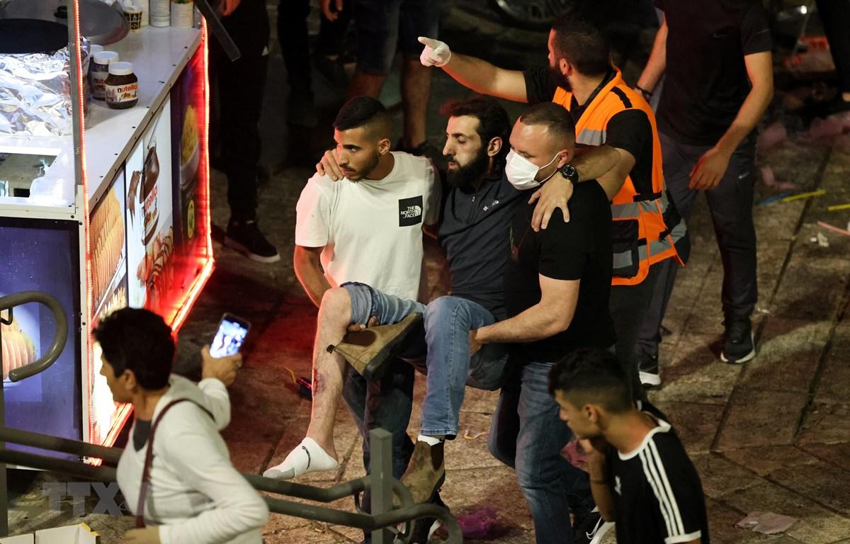 Người biểu tình Palestine bị thương trong vụ đụng độ với lực lượng an ninh Israel tại Jerusalem, ngày 8/5/2021. (Ảnh: AFP/TTXVN)