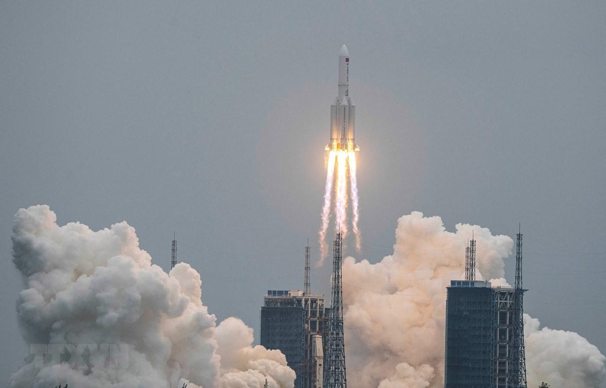 Tên lửa Trường Chinh 5B của Trung Quốc, mang theo trạm không gian Thiên Hoà vào quỹ đạo, rời bệ phóng tại Trung tâm phóng tàu vũ trụ Văn Xương, tỉnh Hải Nam ngày 29/4/2021. (Ảnh: AFP/TTXVN)