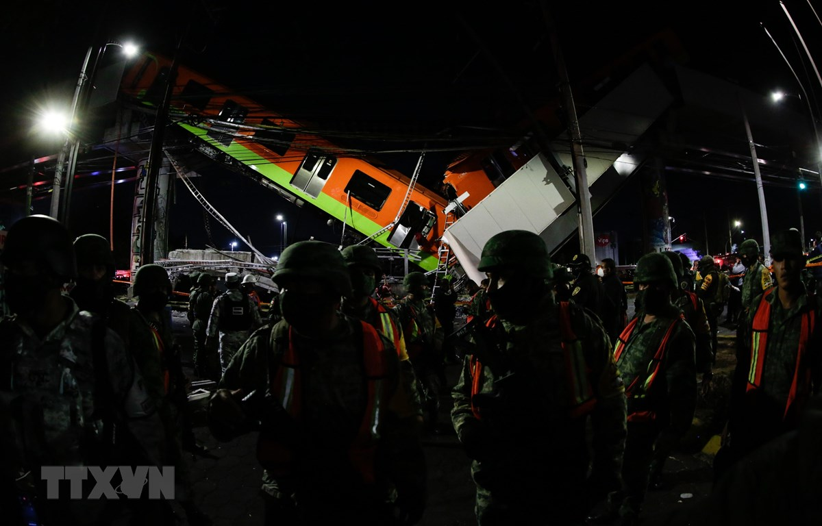 Lực lượng cứu hộ làm nhiệm vụ tại hiện trường vụ sập đường sắt trên cao ở Mexico City, Mexico ngày 3/5/2021. (Ảnh: THX/TTXVN)