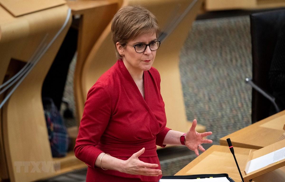 Thủ hiến Scotland Nicola Sturgeon phát biểu tại phiên họp Quốc hội ở Holyrood, Edinburgh ngày 26/11/2020. (Ảnh: AFP/TTXVN)