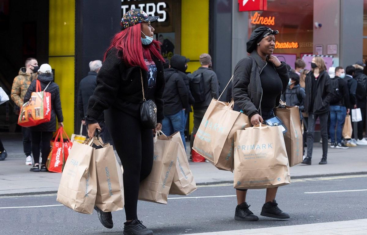 Người dân di chuyển trên đường phố tại London, Anh, ngày 12/4/2021. (Ảnh: THX/TTXVN)