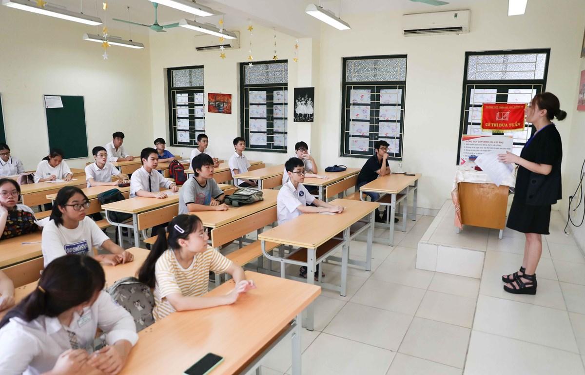 Các thí sinh làm thủ tục dự thi vào lớp 10 THPT công lập năm học 2020-2021. Ảnh minh họa. (Ảnh: Thanh Tùng/TTXVN)