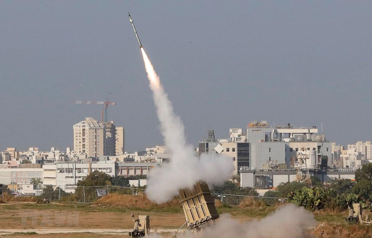 Tên lửa được phóng từ hệ thống phòng thủ tên lửa Vòm Sắt ở thành phố Ashdod, Israel ngày 12/11/2019. (Ảnh: AFP/TTXVN)