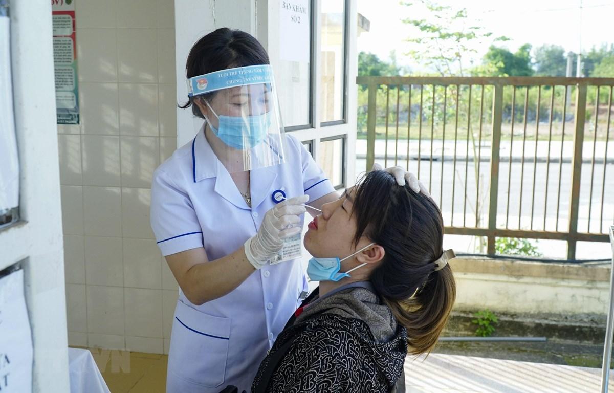 Cán bộ y tế lấy mẫu xét nghiệm COVID-19 tại Trạm Y tế xã Thanh Xương, huyện Điện Biên. (Ảnh: Xuân Tư/TTXVN)