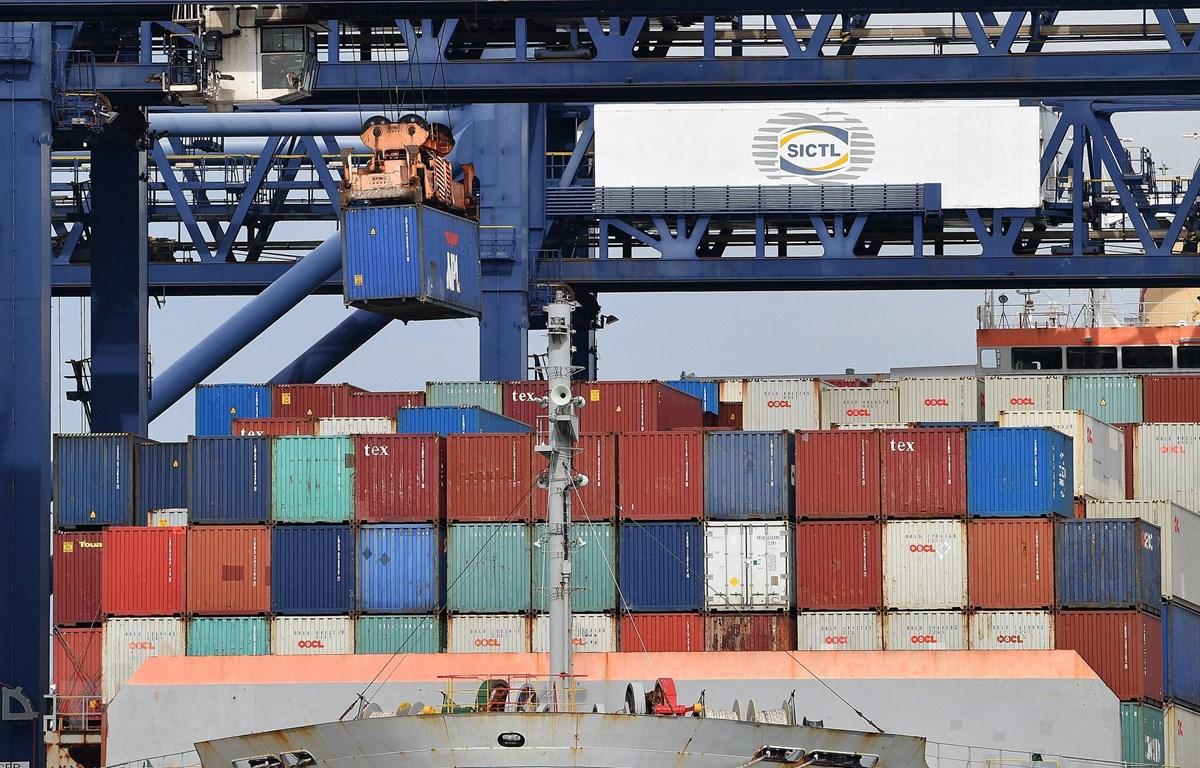 Bốc dỡ container hàng hóa tại cảng Botany ở Sydney, Australia. (Ảnh: AFP/TTXVN)