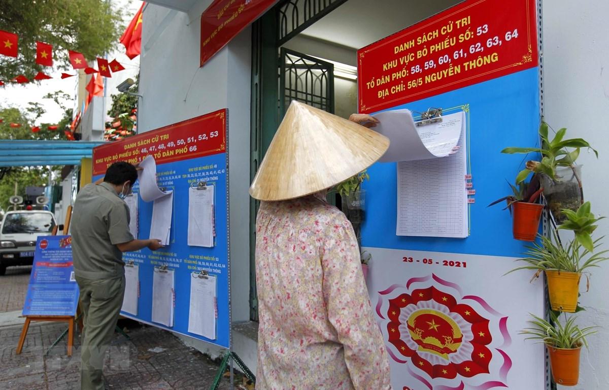 Cử tri phường 9, Quận 3 kiểm tra danh sách tại khu vực bỏ phiếu số 53, đường Bà Huyện Thanh Quan. (Ảnh: Thanh Vũ/TTXVN)