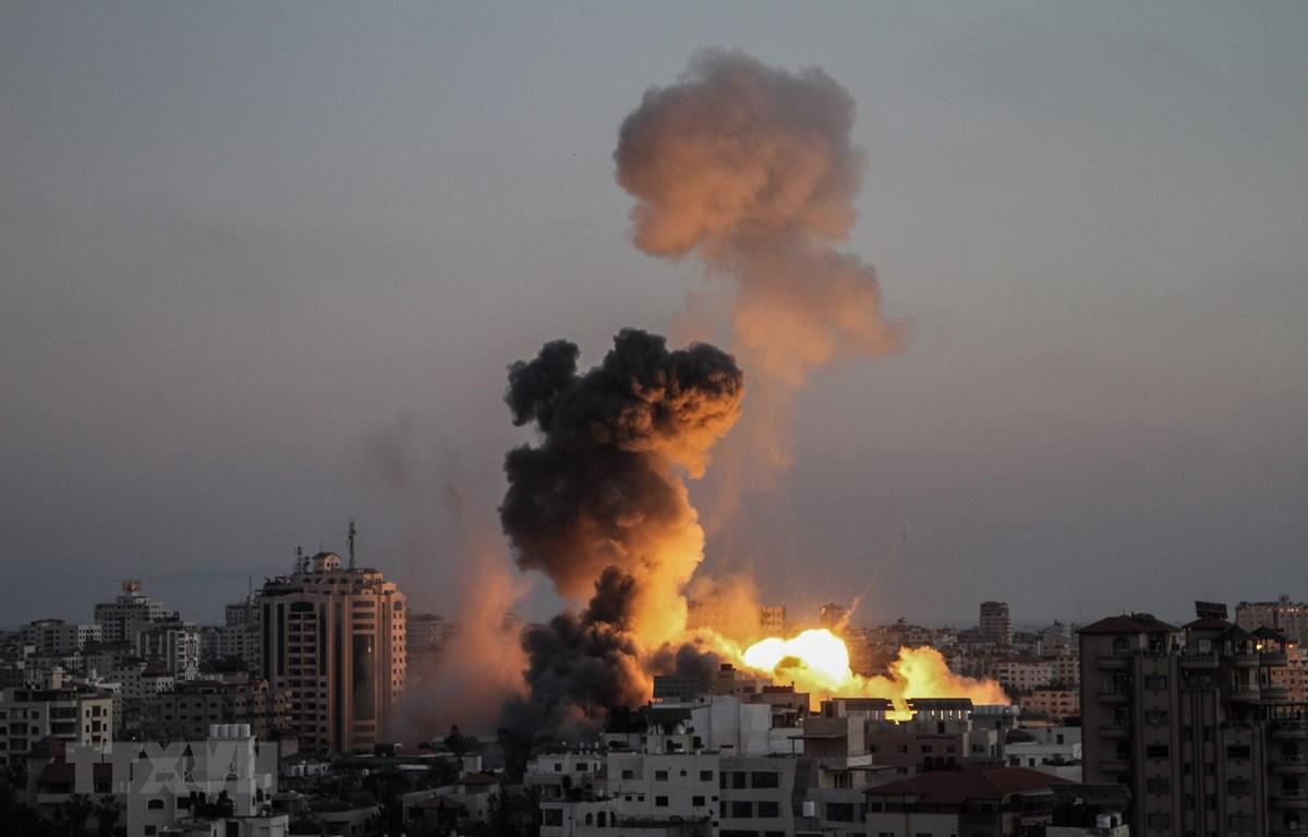 Khói lửa bốc lên trong các cuộc oanh tạc của máy bay Israel xuống thành phố Gaza ngày 14/5/2021. (Ảnh: THX/TTXVN)