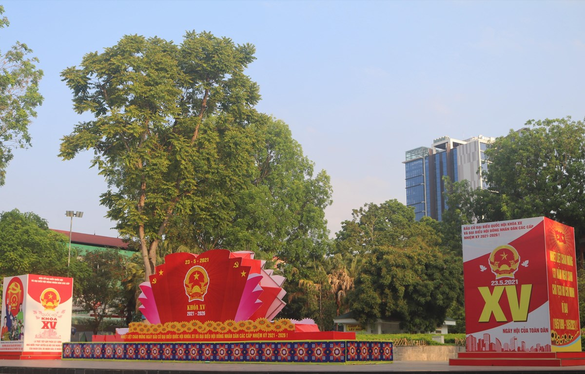 Các pano, bục biểu trưng tuyên truyền về ngày bầu cử Quốc hội, HĐND các cấp nhiệm kỳ 2021-2026 tại thành phố Cao Bằng, tỉnh Cao Bằng. (Ảnh: Chu Hiệu/TTXVN)
