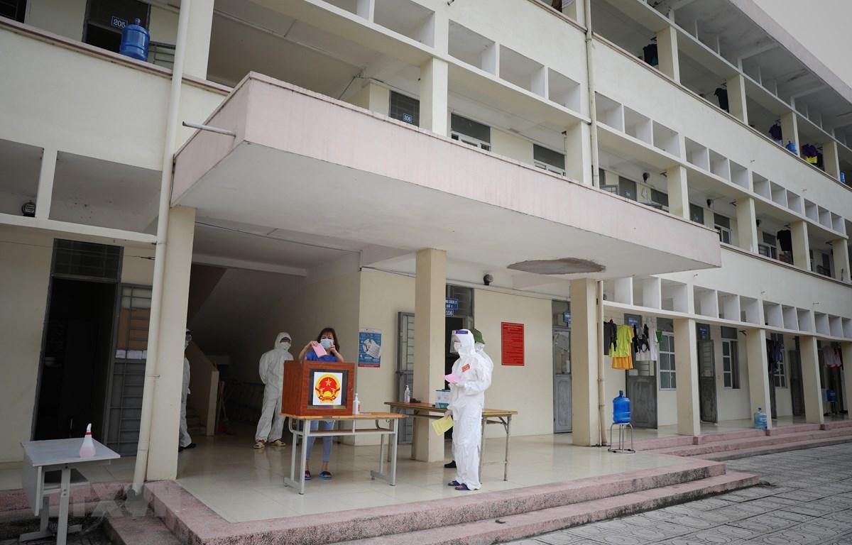Bầu cử trong khu cách ly tập trung gần 500 người tại Trường Đại học Nông lâm, Bắc Giang. (Ảnh: Danh Lam/TTXVN)