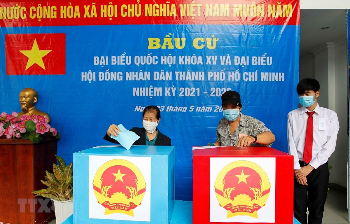 Cử tri là công nhân, người lao động phường 13, quận Phú Nhuận Tp. Hồ Chí Minh bỏ phiếu bầu cử. (Ảnh: Thanh Vũ/TTXVN)