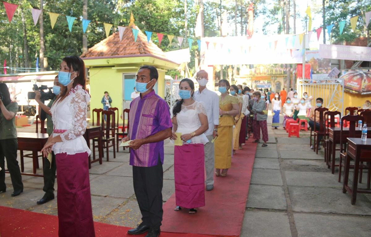 Bà con Khmer đi bỏ phiếu tại Khu vực khóm 1, phường 9, thành phố Trà Vinh. (Ảnh: Phúc Sơn/TTXVN)