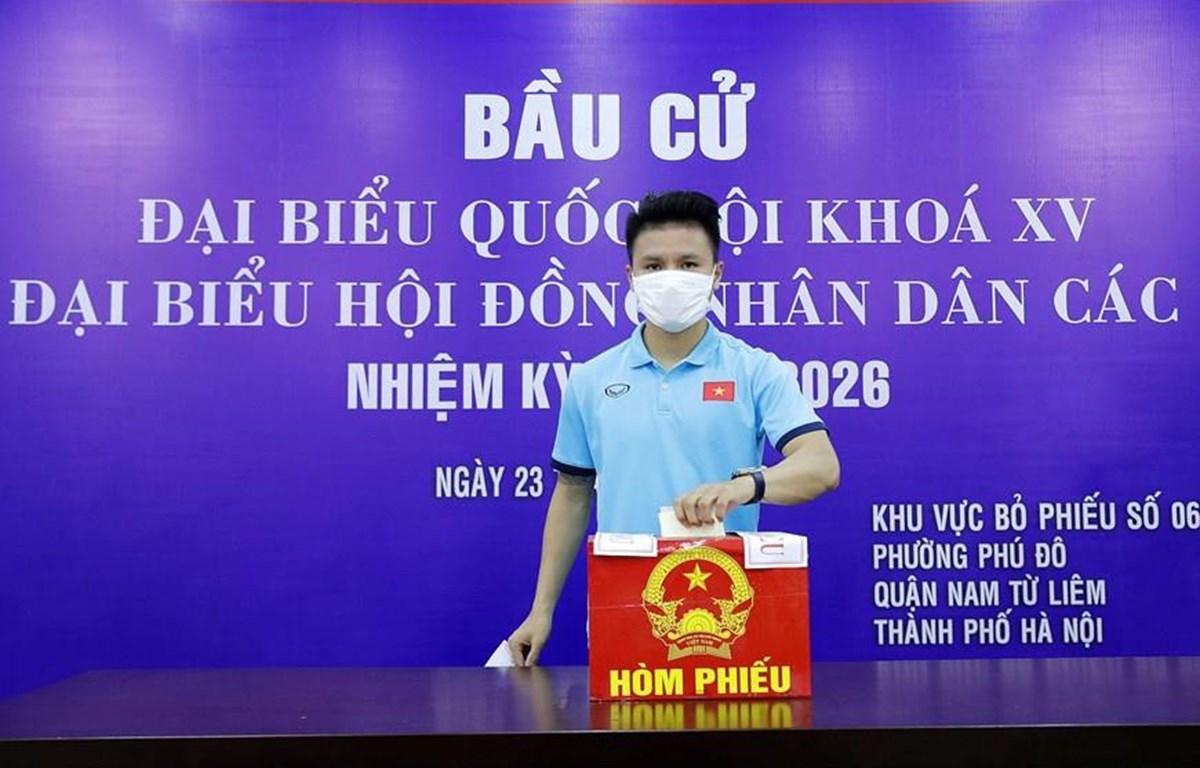 Cầu thủ Quang Hải tham gia bỏ phiếu (Ảnh: VFF)
