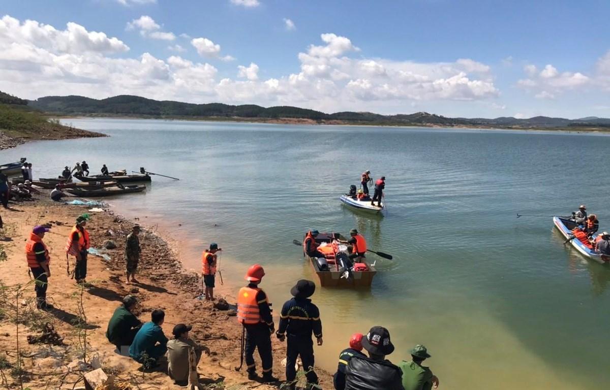 Lực lượng cứu hộ tìm kiếm nạn nhân mất tích trong lòng hồ thủy điện Đại Ninh. (Ảnh minh họa: Đặng Tuấn/TTXVN)