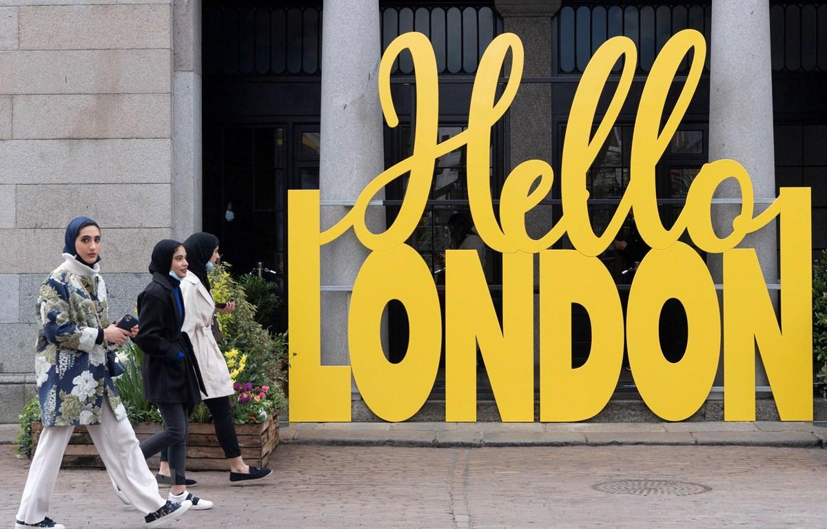 Người dân đi dạo tại London, Anh, ngày 12/4/2021. (Ảnh: THX/TTXVN)