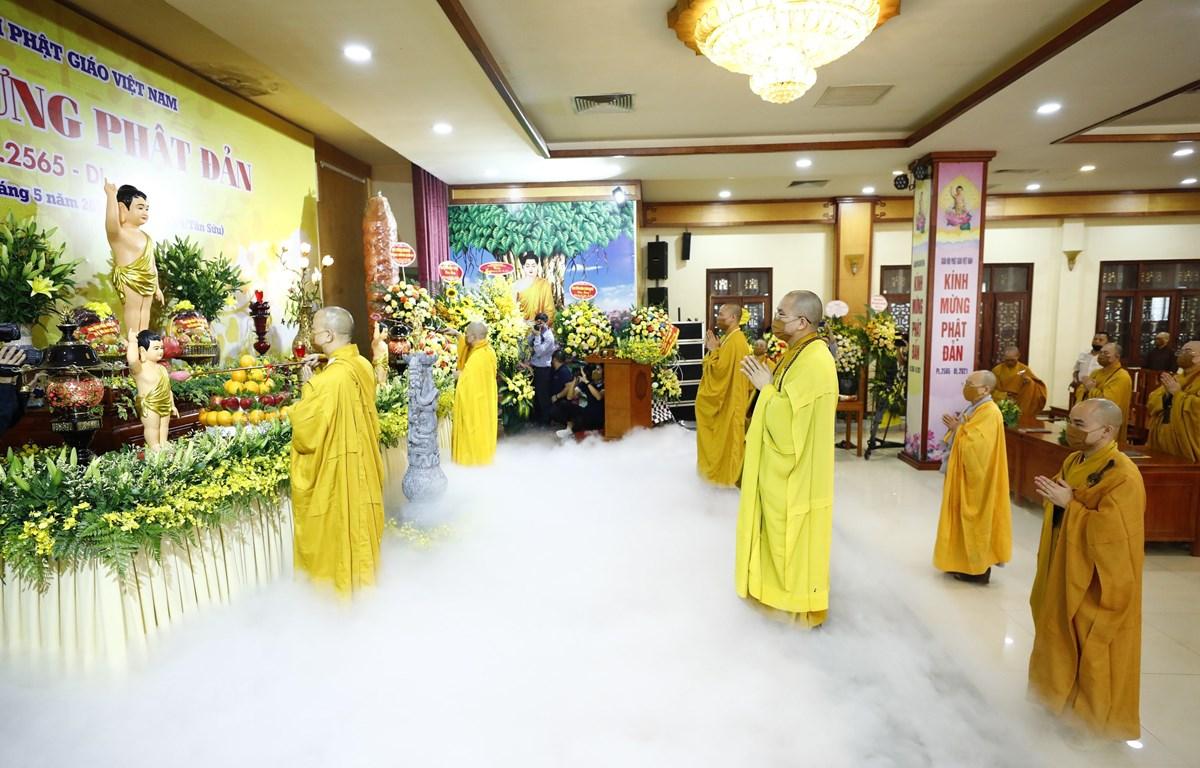Các hòa thượng và chư tôn đức thực hiện nghi lễ tắm Phật đản sinh. (Ảnh: Minh Đức/TTXVN)