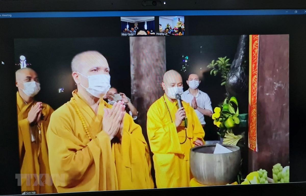Thượng tọa Thích Đồng Huệ, Ủy viên Hội đồng Trị sự, Chủ tịch Hội Phật giáo Việt Nam tại Mozambique tiến hành nghi lễ cầu an qua hình thức trực tuyến cho cộng đồng người Việt tại Mozambique, Angola và các nước khu vực phía Nam châu Phi. (Ảnh: Hồng Minh/TTX